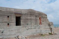 Старый бункер на пляже в Дании стоковые изображения rf