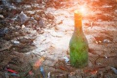 Старый бутылочный зеленый вина лежит на портовом районе в песке Стоковые Изображения RF