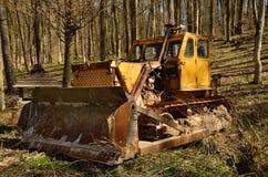 Старый бульдозер в лесе Стоковые Фотографии RF