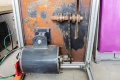 Старый вал привода с цепной передачей и ржавый вообще Стоковые Фотографии RF
