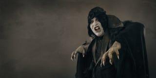 Старый вампир мутанта ужаса с большими страшными ногтями Место текста Стоковые Изображения RF