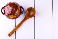 Старый варить бака глиняного кувшина и деревянное sppon Стоковые Изображения RF