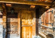 Старый - введенная в моду деревянная хата в горах, лыжный курорт на осени Стоковая Фотография