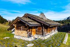 Старый - введенная в моду деревянная хата в горах, лыжный курорт на осени Стоковые Изображения