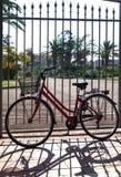 Старый велосипед на загородке стоковые фотографии rf