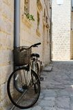 Старый велосипед на стене стоковое изображение rf