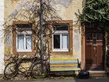 Старый велосипед полагаясь против строя стены на улице в Lissingen, Gerolstein der Kyll, Германия стоковое фото