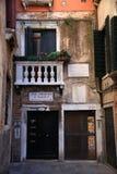 Старый венецианский малый переулок около квадрата ` s St Mark и Rialto Bri Стоковые Фотографии RF