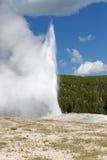 Старый верный гейзер извергая на славный летний день Стоковое фото RF
