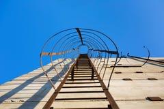 Старый вертикальный промышленный металл заржавел лестница Стоковые Изображения