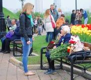 Старый ветеран войны говоря к маленькой девочке стоковое изображение rf