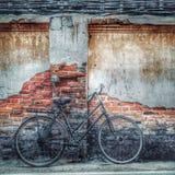 Старый велосипед, городская жизнь Стоковые Изображения