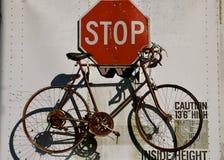 Старый велосипед и знак стопа Стоковое Изображение