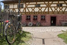 Старый велосипед и сельский дом стоковое фото rf