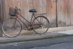 Старый велосипед на деревянной предпосылке Стоковые Фотографии RF