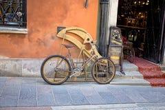 Старый велосипед на улице Варшавы Стоковые Фото