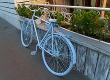 Старый велосипед около входа к кафу стоковое изображение