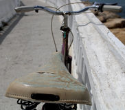 Старый велосипед около шлюпки в воде Стоковые Изображения RF