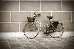 Старый велосипед против стены Стоковые Изображения RF