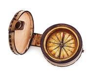 Старый винтажный латунный компас в кожаном случае изолированном на белой предпосылке Стоковая Фотография RF