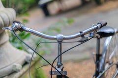 Старый винтажный велосипед в саде Стоковые Фото