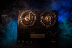 Старый винтажный вьюрок, который нужно намотать игрок и рекордер на темной тонизированной туманной предпосылке Сетноой-аналогов с стоковые изображения rf