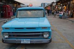 Старый винтажный голубой автомобиль Шевроле на рынке ночи, дороге Srinakarin Стоковые Фото