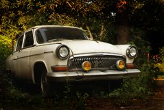 Старый винтажный деревенский автомобиль стоковые изображения rf