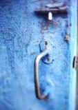 Старый винтажный замок защелки на голубой затрапезной треснутой покрашенной двери стоковое изображение rf