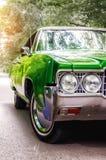 Старый винтажный зеленый конец автомобиля вверх концепции о транспорте и годе сбора винограда Стоковое фото RF