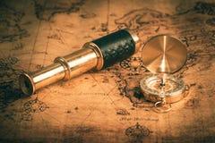 Старый винтажный компас на винтажной карте Стоковое Изображение