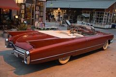 Старый винтажный коричневый автомобиль на рынке ночи, дороге Srinakarin Стоковые Изображения