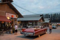 Старый винтажный коричневый автомобиль на рынке ночи, дороге Srinakarin Стоковая Фотография RF