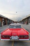 Старый винтажный красный автомобиль на рынке ночи, дороге Srinakarin Стоковая Фотография