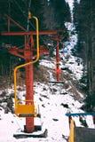 Старый винтажный подъем лыжи с красочными стульями стоковые фотографии rf