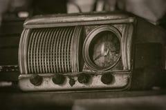 Старый винтажный радиоприемник прошлого столетия с деревенским строением часов внутри, на полке - виде спереди, фотография стиля  стоковая фотография rf