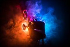 Старый винтажный репроектор фильма на темной предпосылке с туманом и светом Концепция кинопроизводства стоковое изображение