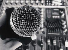 Старый винтажный ретро микрофон стиля стоковые фото