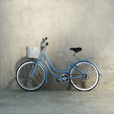 Старый винтажный романтичный голубой велосипед Стоковые Фото