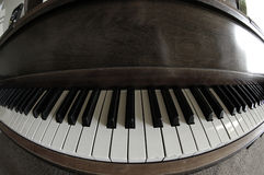 Старый винтажный рояль в доме Стоковое Фото