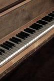 Старый винтажный рояль с ключами для музыки Стоковая Фотография