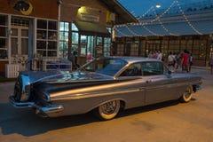 Старый винтажный серый автомобиль Шевроле на рынке ночи, дороге Srinakarin Стоковые Изображения RF