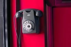 Старый винтажный телефон на стене Стоковая Фотография RF