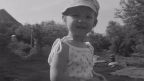 Старый винтажный черно-белый маленький ребенок фильма обнимая мать в парке акции видеоматериалы