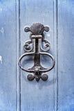 Старый винтажный knocker двери на голубой деревянной двери Стоковое Фото