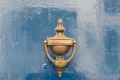 Старый винтажный knocker двери на деревянной двери Стоковая Фотография
