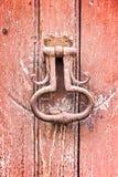 Старый винтажный knocker двери на старой красной двери Стоковая Фотография RF