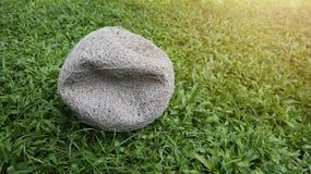 Старый внутренний футбол и выкачанный шарик на зеленой предпосылке лужайки Стоковые Изображения RF