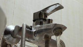 Старый водопроводный кран с limescale акции видеоматериалы