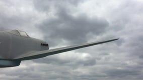 Старый военный самолет против облаков голубого неба Воинская авиация акции видеоматериалы